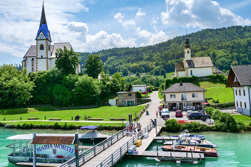 Maria Wörth mit seinen Kirchen & Schiffsanlegestelle am Wörthersee - Kärnten, Österreich