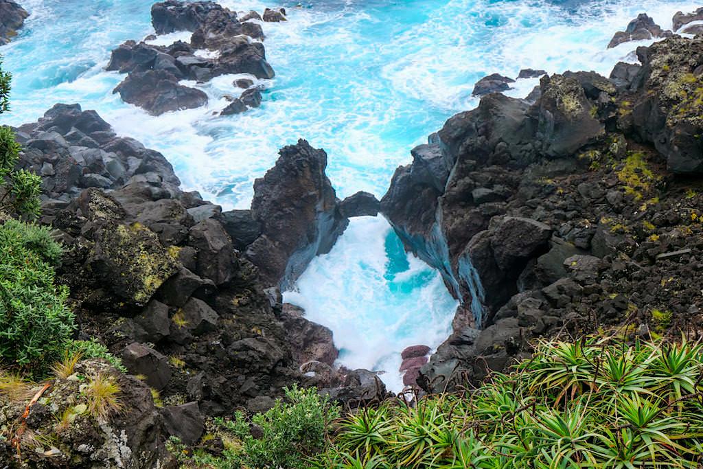 Miradouro da Pontinha - Natürliche Steinbrücke aus Lavafelsen an der Atlantikküste - Pico Sehenswürdigkeiten & Geheimtipps - Azoren