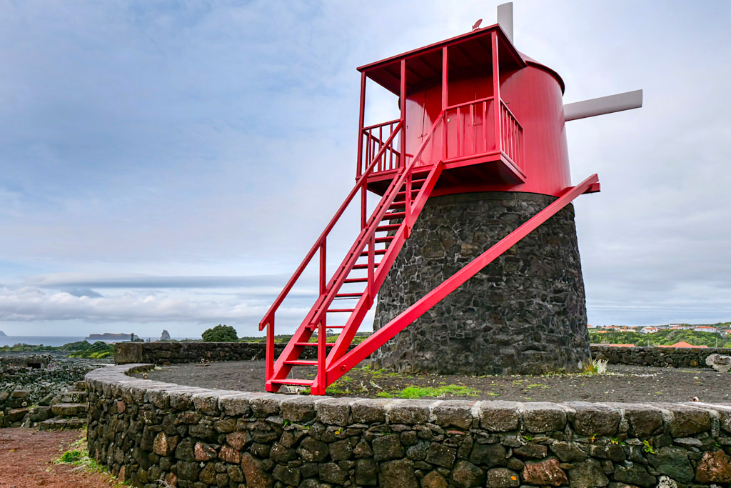 Moinho do Frade, die markante rote Windmühle mit Aussichtsplattform - Verdelho Weine von Pico - Azoren