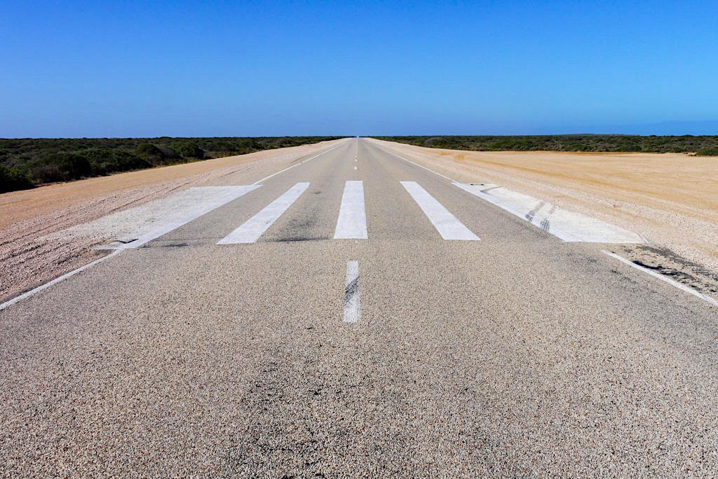 Nullarbor Zebrastreifen - Eyre Highway ist gleichzeitig Landepiste für Flugzeuge bei Noteinsätzen - Southern Australia