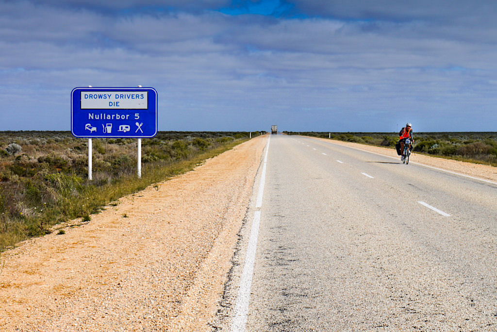 Nullarbor National Park - Eyre Highway & Road Signs warnen vor Übermüdung - Southern Australia