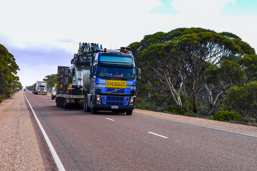 Nullarbor - Oversize Trucks auf dem Eyre Highway - South Australia