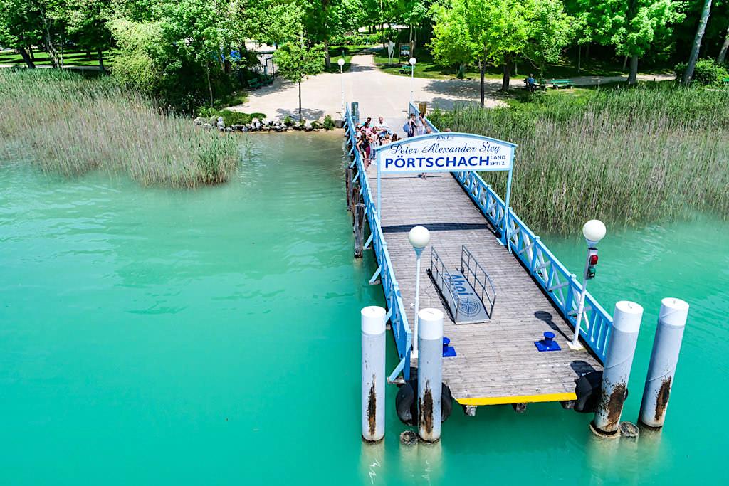 Lustig schaut der Peter Alexander Schiffsanlege-Steg bei Pörtschach in den Wörthersee hinein - Kärnten, Österreich
