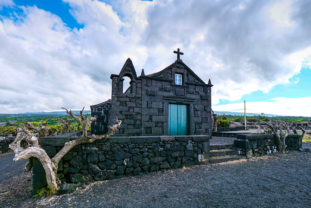 Pico Weinanbau im Nordwesten & Wanderung PR10 PIC - Idyllische Kapelle an der Küste - Azoren