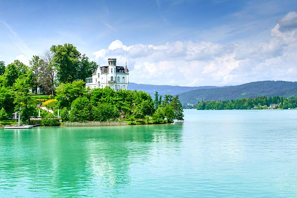 Schloss Reifnitz: wunderschön gelegen auf einem Felsvorsprung im Wörthersee - Kärnten, Österreich