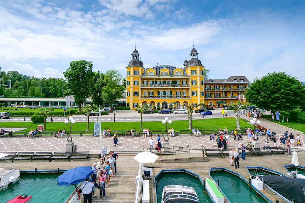 Schlosshotel Velden mit Schiffsanleger im Vordergrund - Promis, Schickimicki, Reiche & Schöne - Kärnten, Österreich