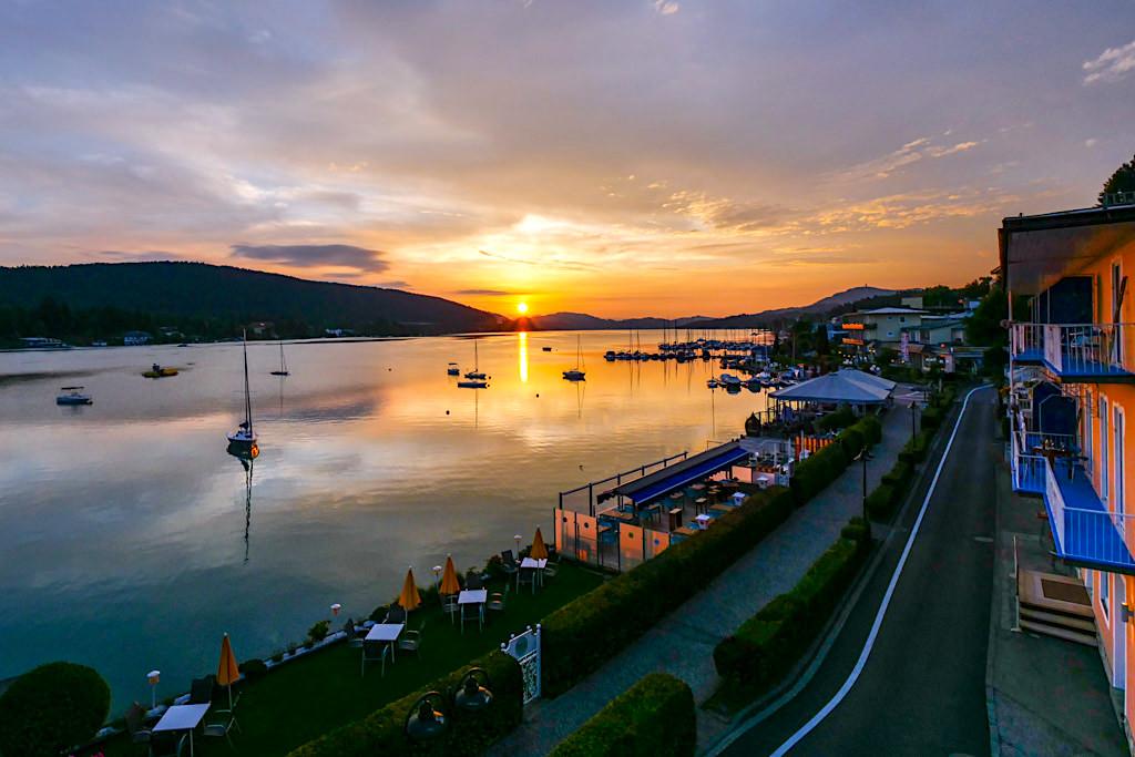 Velden am Wörthersee - Atemberaubender Sonnenaufgang vom Hotelzimmer an der Uferpromenade gesehen - Kärnten, Österreich