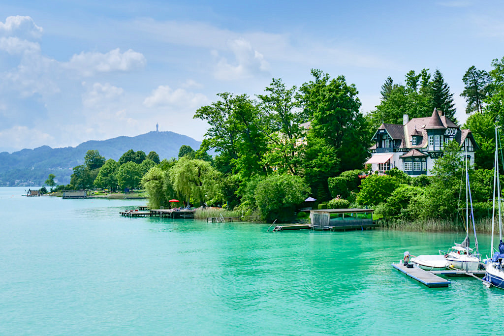 Schönsten Villen & Schlösser können auf einer Schifffahrt entdeckt werden - Villa Schwalbennest & Seeufer des Wörthersees - Kärnten, Österreich