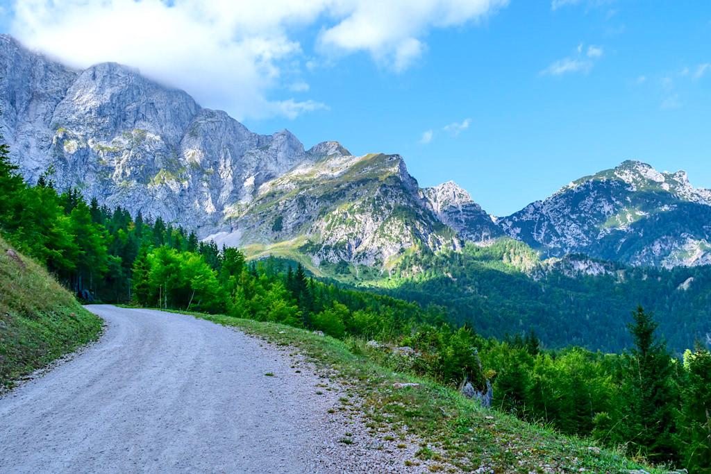 Grandioser Ausblick von Wanderung zur Zacchi Hütte auf dem nie enden wollenden Forstweg - Laghi di Fusine - Tarvisio, Italien