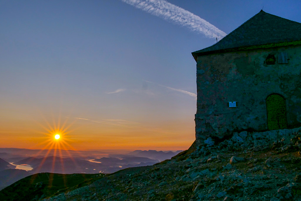 Dobratsch Gipfel - Fulminanter Sonnenaufgang bei der Deutschen Kirche - HüttenKult - Kärnten, Österreich
