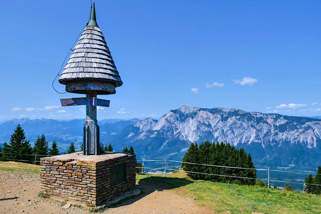 Dreiländereck Gipfel mit faszinierendem 360° Rundblick - hier auf Dobratsch Massiv und den Dobratsch Gipfel - Kärnten, Österreich