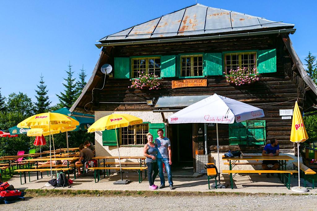 Gemütliche Dreiländereck-Hütte unterhalb des Dreiländereck Gipfels - HüttenKult Region Villach - Kärnten, Österreich