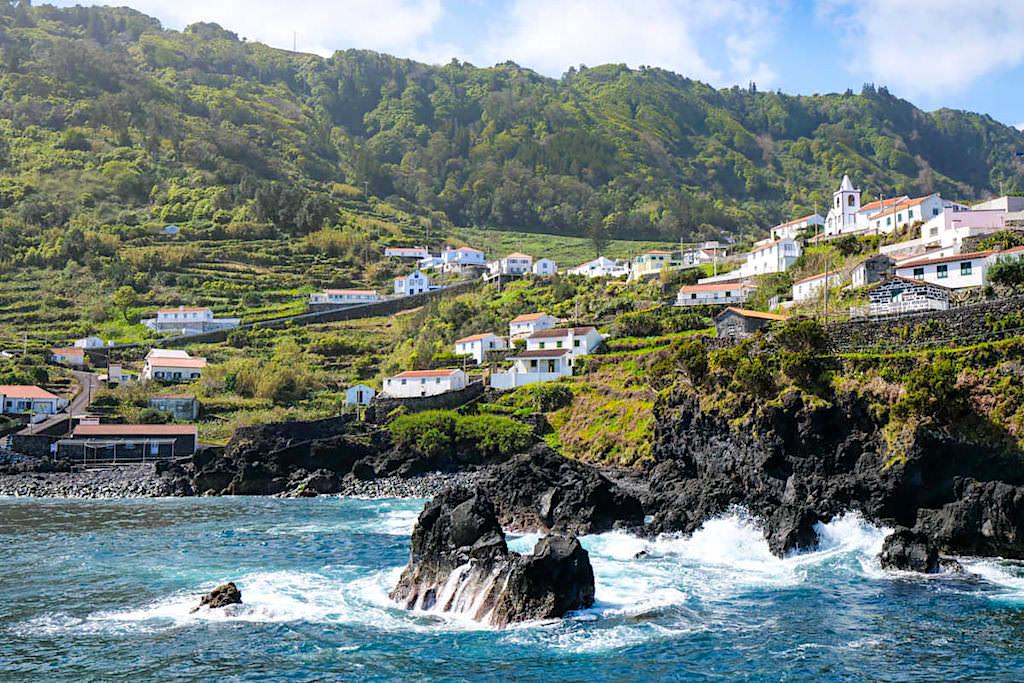 Schönste Fajas von Sao Jorge: Faja do Ouvidor - richtiges Dorf mit Hafen - Azoren