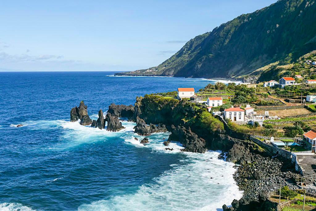 Faja do Ouvidor -Pittoreske Lavaküste mit schönen Häusern - Sao Jorge, Azoren