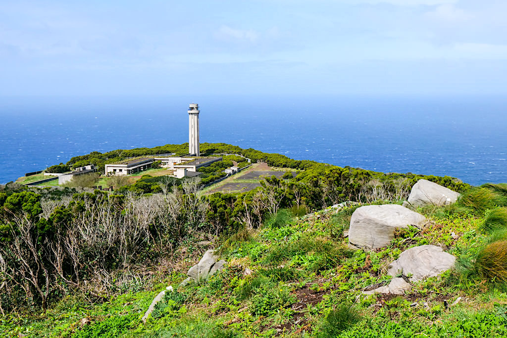 Farol da Ponta dos Rosais: Ausblick vom Miradouro da Vigia da Baleia - Sao Jorge, Azoren