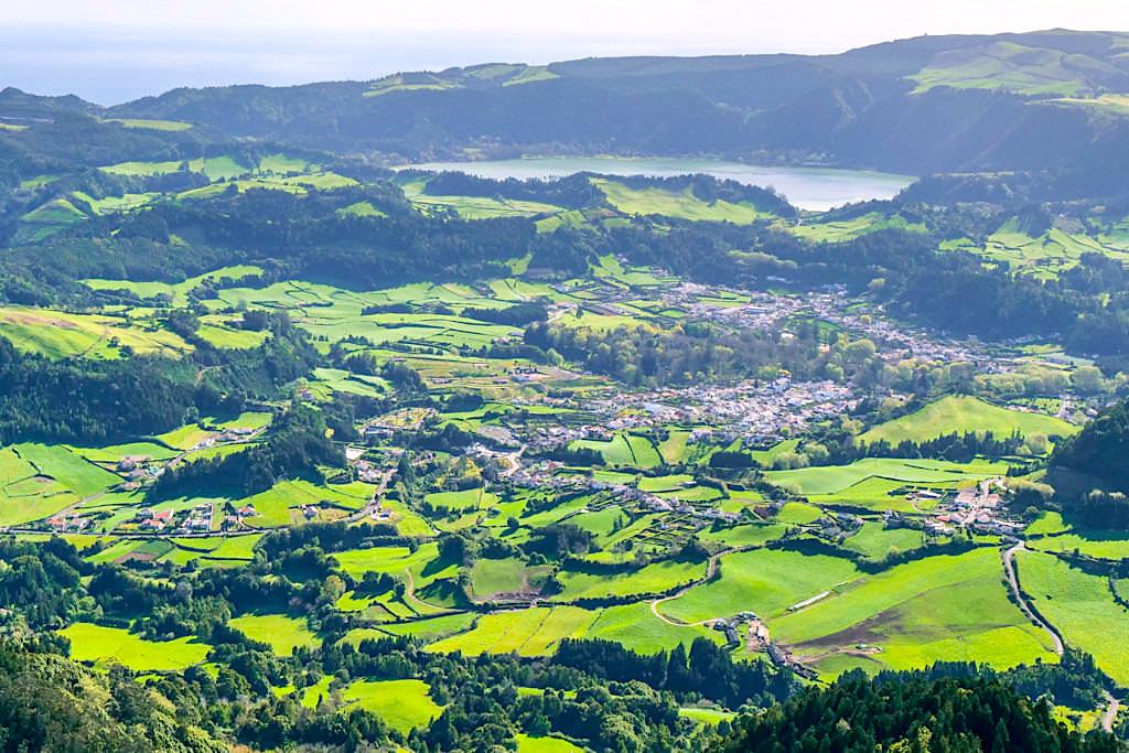 Furnas & Lagoa Furnas liegen in einem großen Kraterbecken unweit der Südküste von Sao Miguel, Azoren