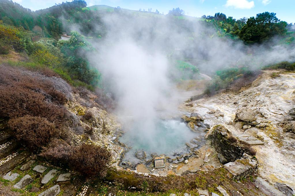 Furnas - Die dampfenden, heiße Schwefelquellen im Ort & im Furnas Tal sind ein Highlight - Sao Miguel, Azoren