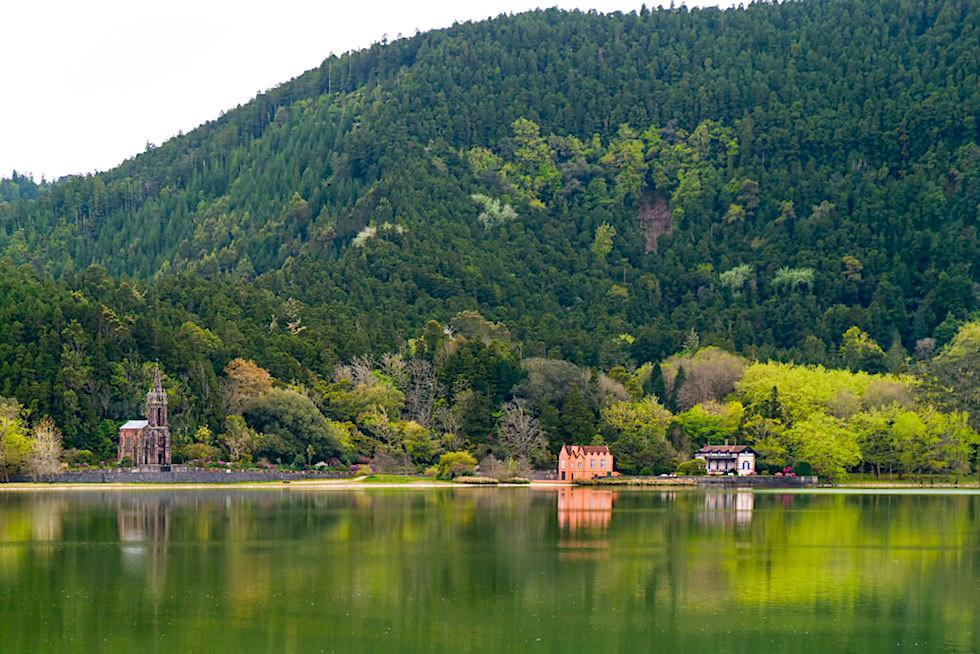 Furnas See - die Spiegelungen von Kapelle & der Sommerhäuser im See sind ein beliebtes Fotomotiv - Sao Miguel, Azoren