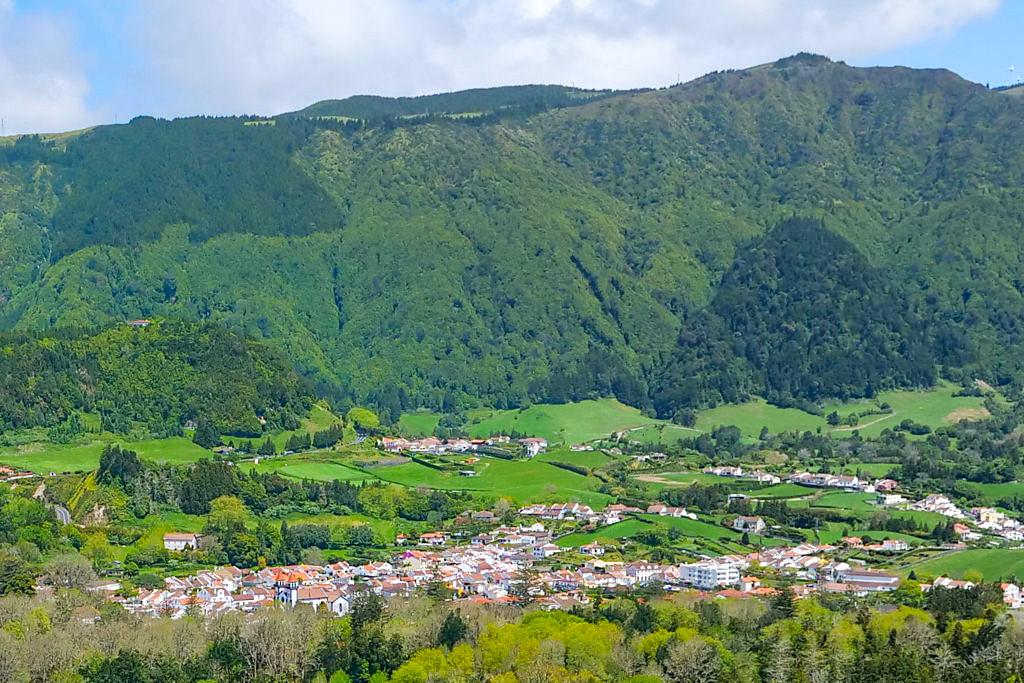 Furnas liegt im schönen grünen Furnas Tal umgeben ringsum von imposanten Kraterwänden - Sao Miguel, Azoren