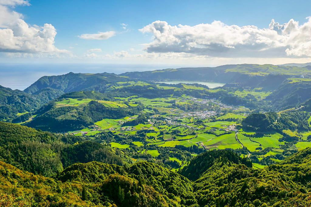 Atemberaubender Ausblick auf Furnas, das Furnas Tal & den Furnas See vom Miradouro do Salto do Cavalo - Sao Miguel, Azoren