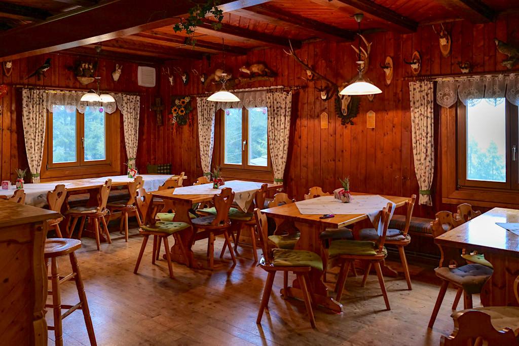 Geigerhütte - Einladende, freundliche Gaststube mit leckeren Wildspezialitäten auf der Wöllaner Nock - HüttenKult - Kärnten, Österreich