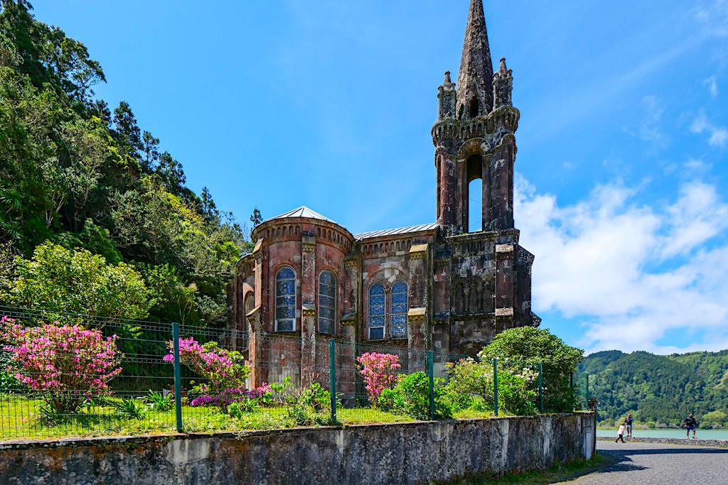 Lagoa das Furnas - Herrlich morbide KapelleNossa Senhora das Vitorias ist ein Foto-Highlight am Furnas See - Sao Miguel, Azoren