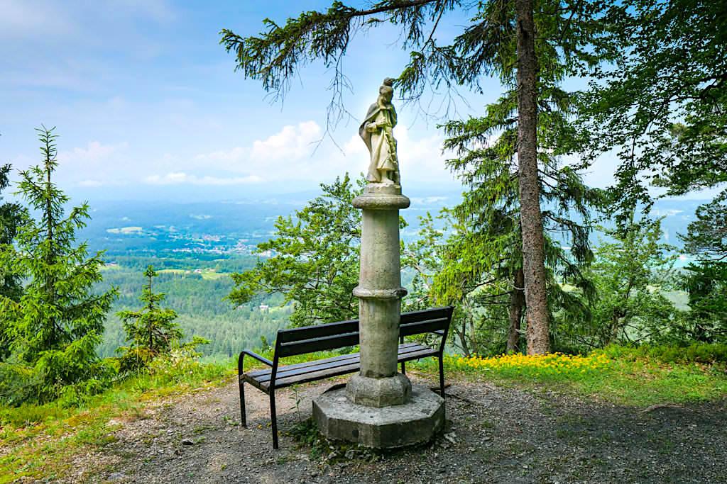 Kraftorte am Wörthersee: Kathreinkogel - Christopherus Statue mit Blick auf Velden - Kärnten, Österreich