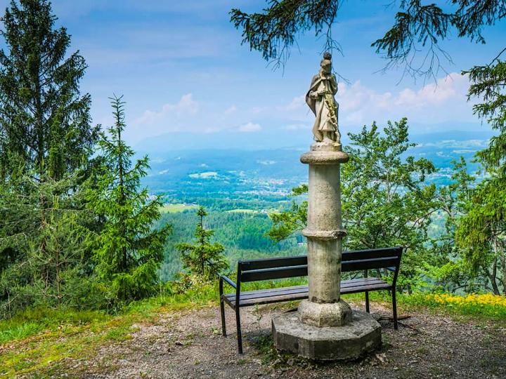 Wanderung zum Kathreinkogel - bekannte Kraftorte am Wörthersee nahe Velden - Kärnten, Österreich