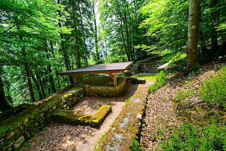 Wanderung auf den Kathreinkogel am Wörthersee - Überreste einer alten Zisterne - Kärnten, Österreich
