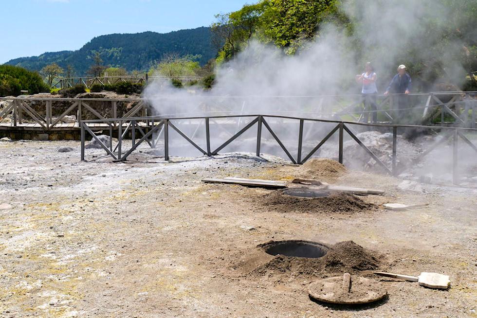 Lagoa Furnas Highlight & Touristenattraktion: Kochen des traditionellen Cozido das Caldeiras in den Erdlöchern der heißen Quellen - Sao Miguel, Azoren