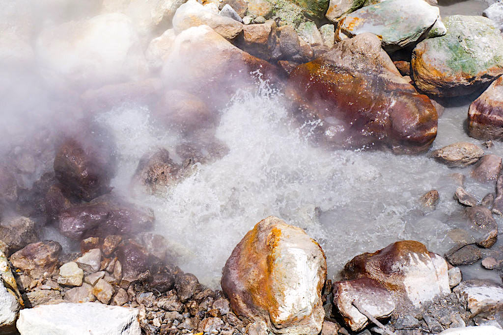 Lagoa das Furnas - Heiße blubbernde, brodelnde Mineralquellen sind das Touristen-Highlight von Furnas und lindern Schmerzen - Sao Miguel, Azoren