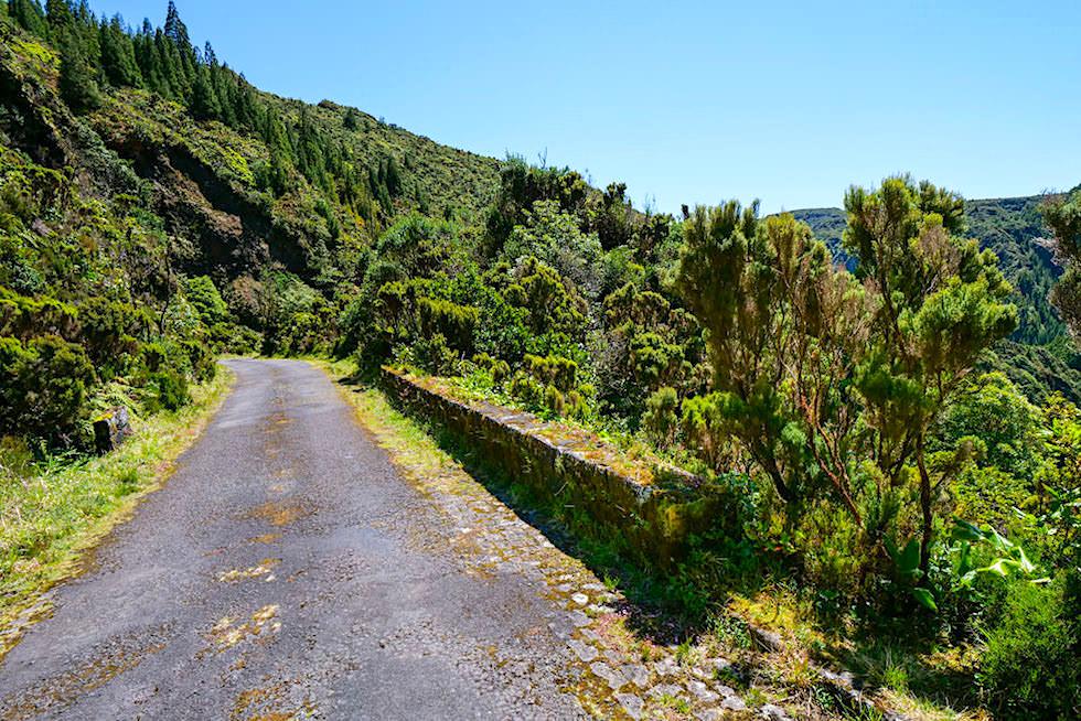Vale das Lombadas - Aussichtspunkt auf einem beeindruckenden Wasserfall - Sao Miguel, Azoren