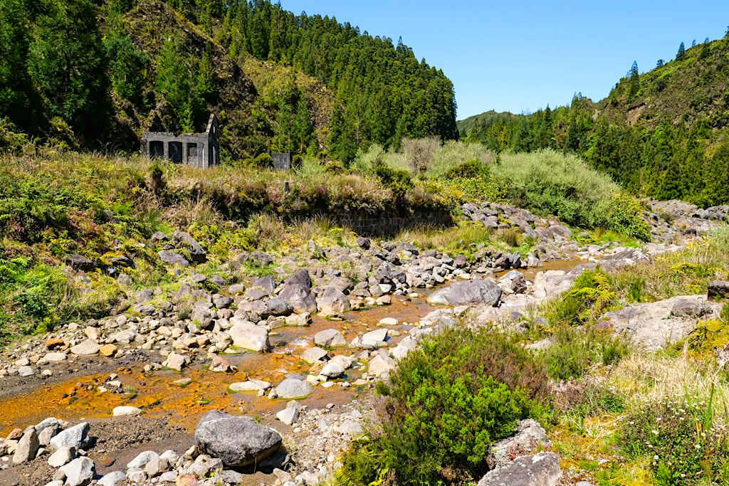 Vale das Lombadas - Bach & Ruine der Mineralwasserfabrik - Sao Miguel, Azoren