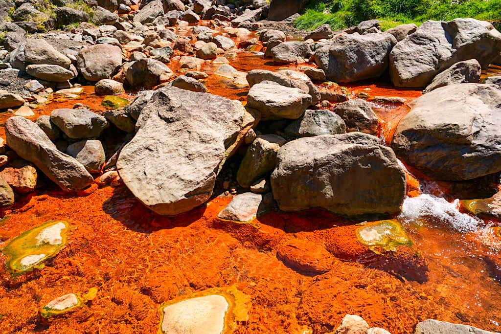 Vale das Lombadas - Orangefarbener Fluss mit hohem Eisenanteil - Sao Miguel, Azoren