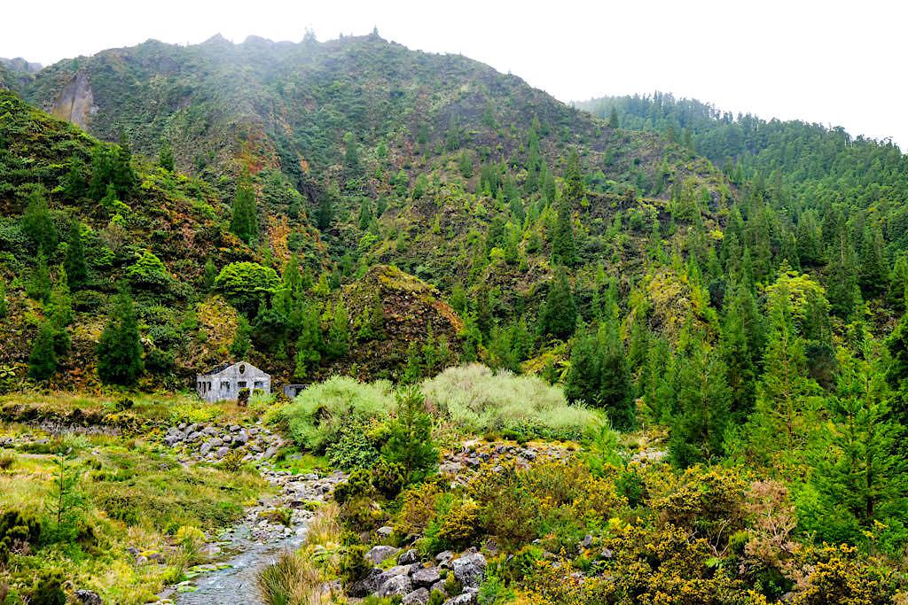 Lombadas Tal & die Runine der Mineralwasserfabrik: Áqua Mineral Carbo Gasosa - Sao Miguel, Azoren