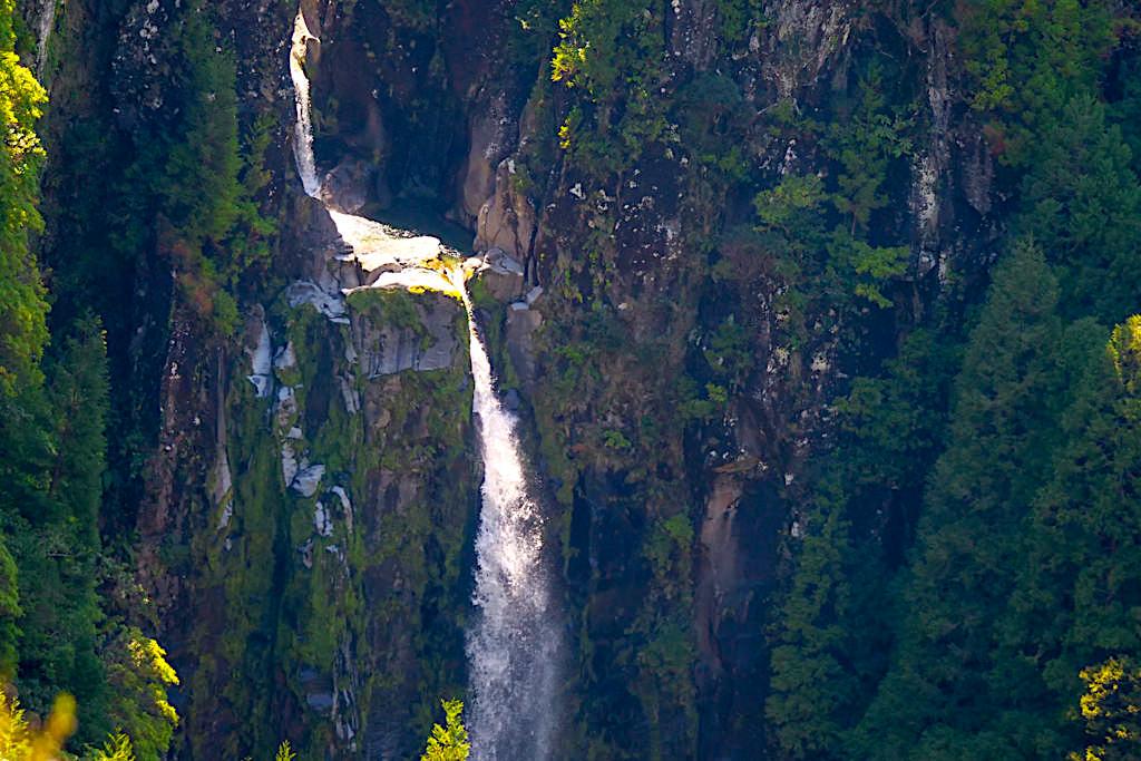 Wunderschönes Lombadas Tal - Wasserfall in den Steilwänden der Lombadas Schlucht - Sao Miguel, Azoren