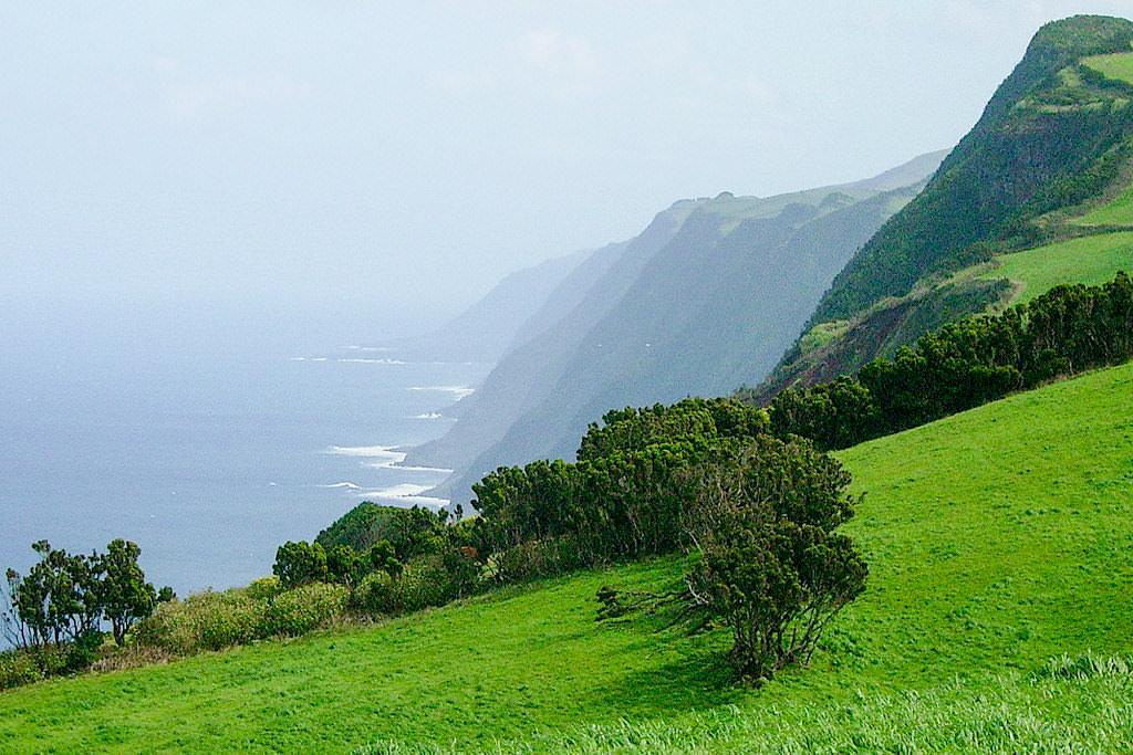 Miradouro da Fajã de Fernando Afonso im Parque das Sete Fontes - Ausblick über die Steilküste im Norden - Sao Jorge, Azoren