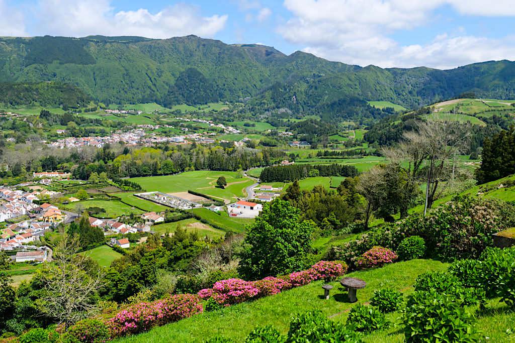Miradouro do Pico do Milho oder richtiger Miradouro do Lombo dos Milhos - Grandioser Ausblick auf das Dorf Furnas & das Furnas Tal - Sao Miguel, Azoren