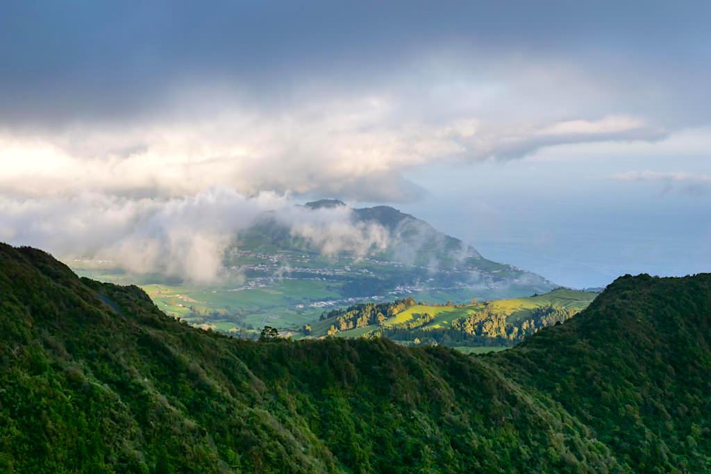 Miradouro Salto Cavalo - Ausblick auf Furnas & Provoacao über zwei Kratertäler hinweg: einer der schönsten Aussichtspunkte auf Sao Miguel - Azoren