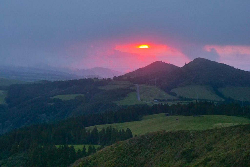 Miradouro do Salto do Cavalo - Schöner Sonnenuntergang im Westen von Furnas - Sao Miguel, Azoren