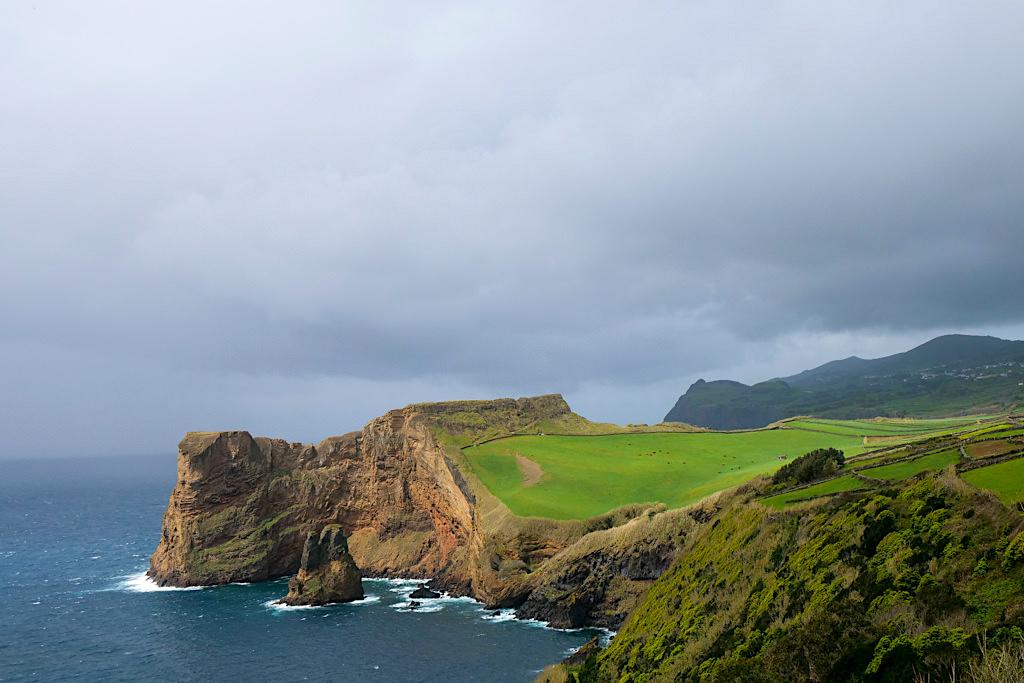 Morrode Lemos - Faszinierender Ausblick von einem Aussichtspunkt oberhalb von Velas - Sao Jorge, Azoren