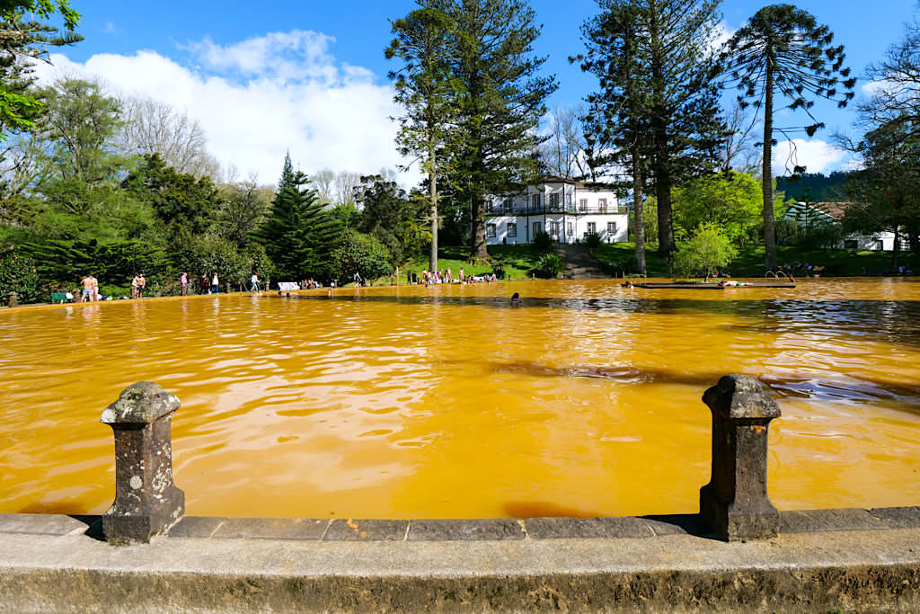Parque Terra Nostra - Riesiges warmes Thermalbecken ist eine Besucherattraktion in Furnas - Sao Miguel, Azoren