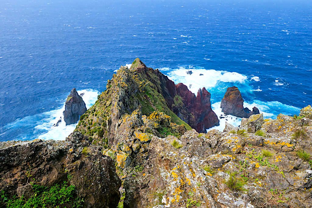 Ponta dos Rosais - Atemberaubende Ausblicke über bunte Steilklippen an der Westspitze - Sao Jorge, Azoren