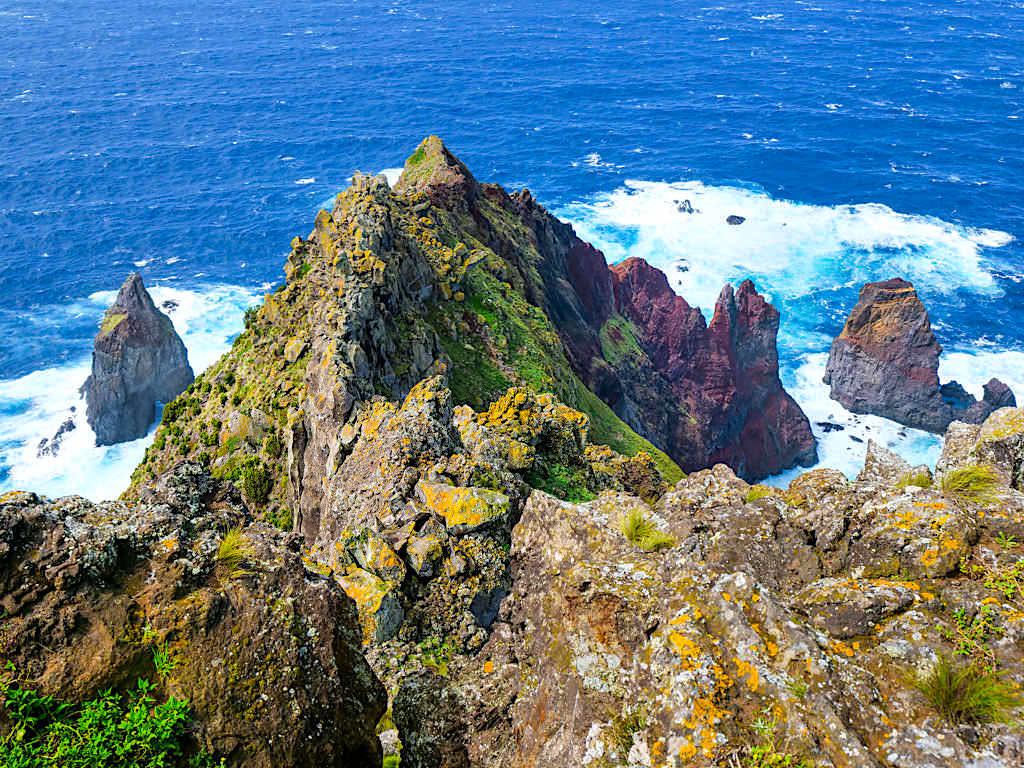 Ponta dos Rosais- Atemberaubende, bunte Steilklippen und Felsinselchen - Der Wilde Westen von Sao Jorge, Azoren