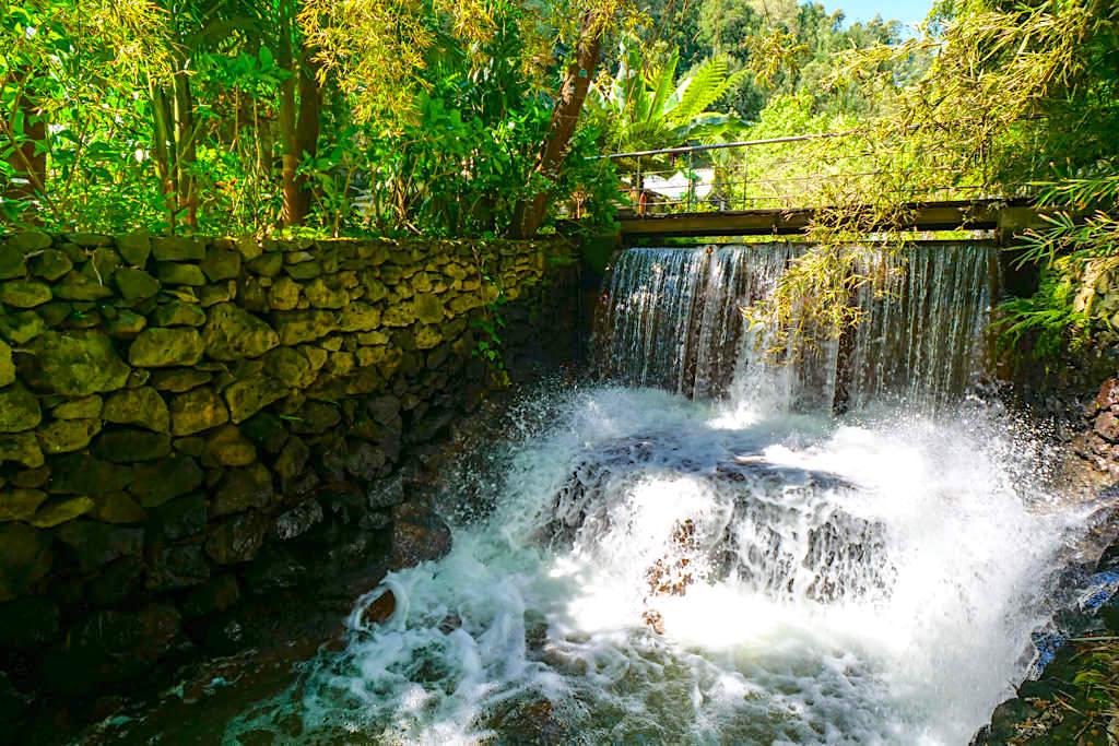 Quinta do Mo in Furnas - ein Bachlauf mit kleinem Wasserfall führt mitten durch die Anlage - Sao Miguel, Azoren