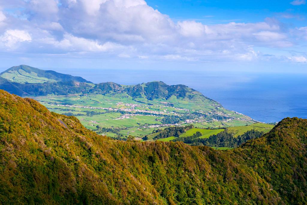 Miradouro do Salto do Cavalo - Atemberaubender Ausblick vom über Kraterwände und Kratertäler auf Povoacao - Sao Miguel, Azoren