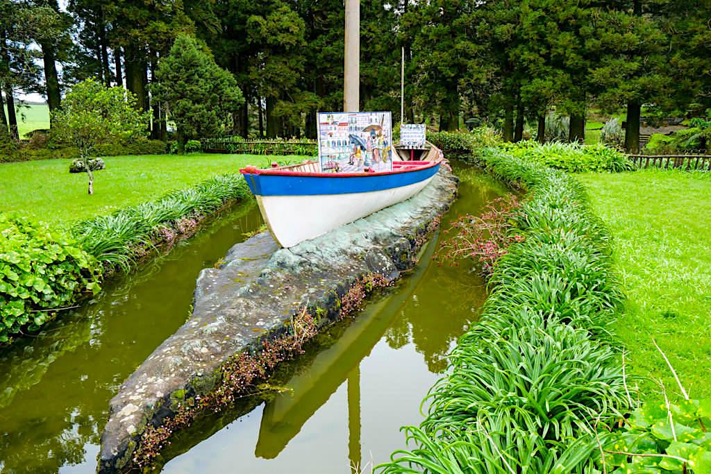 Parque das Sete Fontes - Installation mit Sao Jorge aus Stein, Walfängerboot & Emigranten-Gemälde auf Kacheln - Azoren