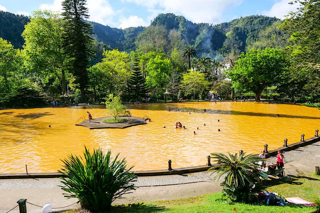 Parque Terra Nostra in Furnas - Mittelpunkt & Touristenattraktion im Park ist der gelb-orange 38°C warme Thermalsee - Sao Miguel, Azoren