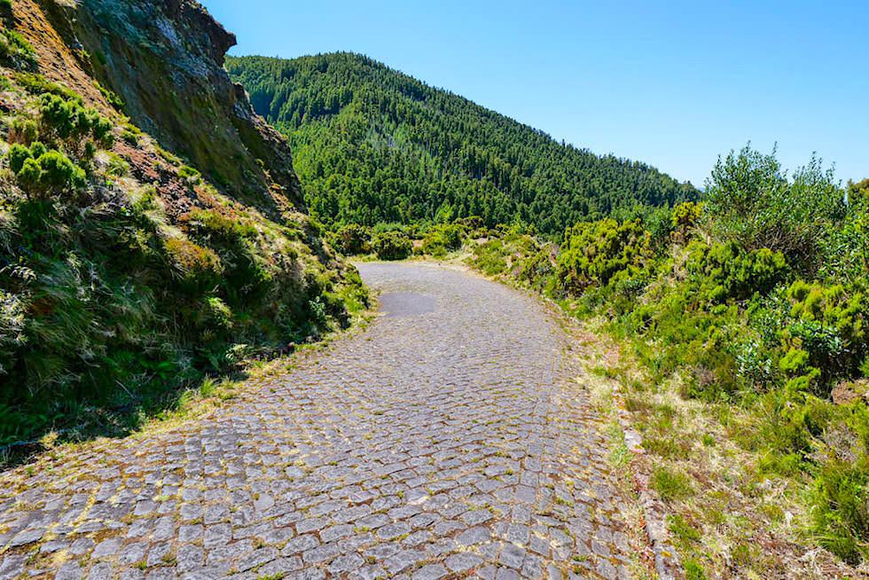 Vale das Lombadas - eine enge, steile Pflasterstein-Straße führ hinunter ins Lombadas Tal - Sao Miguel, Azoren