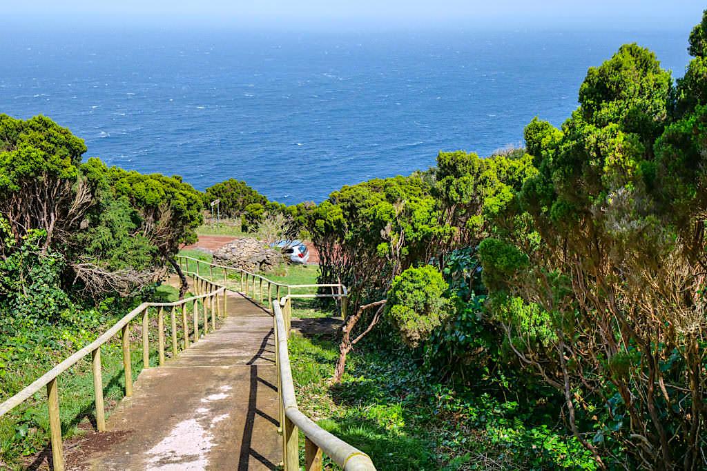 Aufstieg zum Miradouro da Vigia da Baleia beim Ponta dos Rosais - Sao Jorge, Azoren